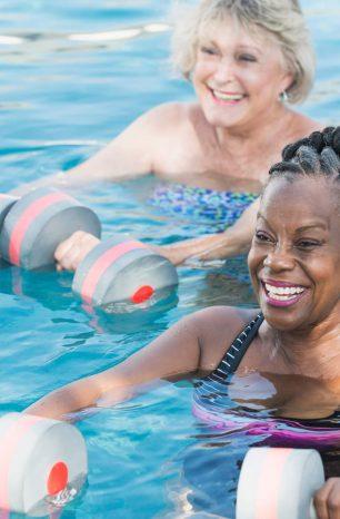 Fique por dentro dos maiores benefícios da hidroginástica para idosos