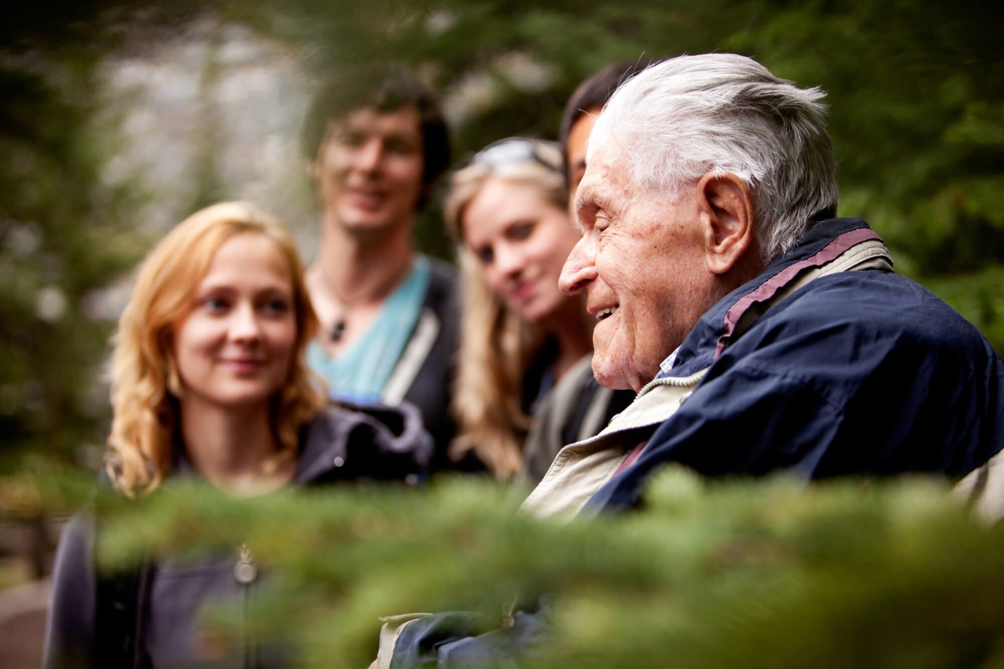 Resultado de imagem para idosos e família