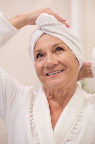 Descubra como dar banho em idoso de maneira correta e segura
