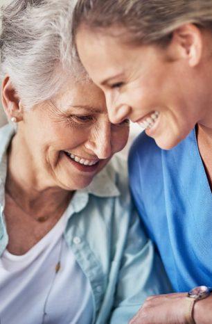 Cuidador de idosos é uma profissão do futuro? Confira 4 indícios de que sim!
