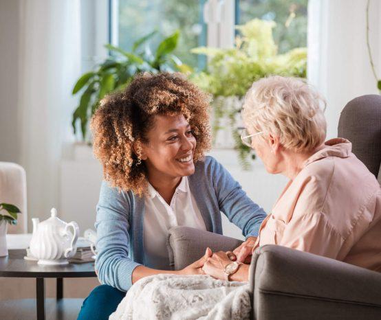 Como contratar um cuidador de idosos? Conheça a questão legal disso