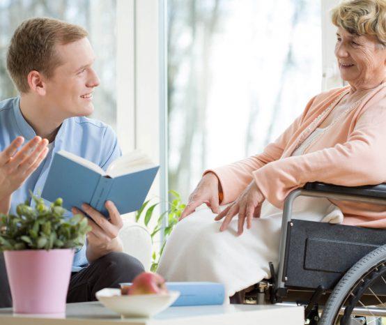 Quais são os principais deveres do cuidador de idoso?