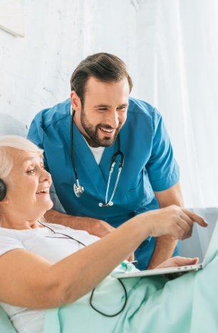 O que considerar ao escolher um curso de cuidador de idosos RJ?