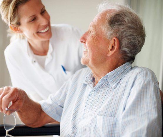Aprenda mais sobre a carreira de cuidador de idosos